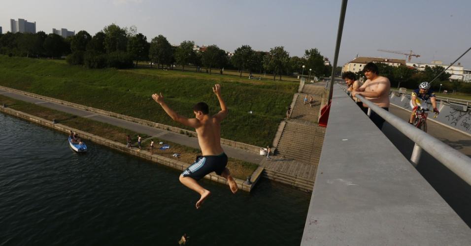 1.jul.2012 - Homem pula de ponte no rio Danúbio para se refrescar do calor de 37ºC na cidade de Viena, na Áustria
