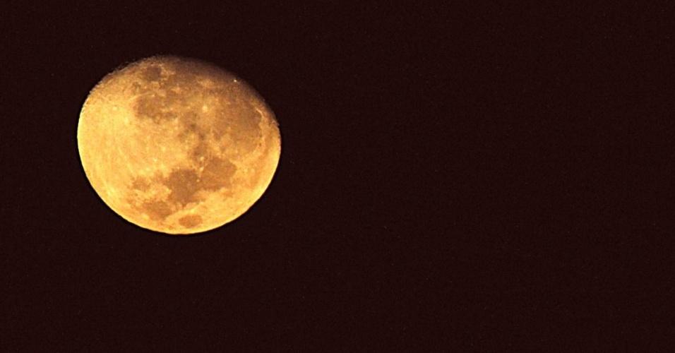 1º.jul.2012 - Lua é vista com cor avermelhada e próxima da Terra na madrugada deste domingo (1), no céu da cidade de São Paulo (SP)