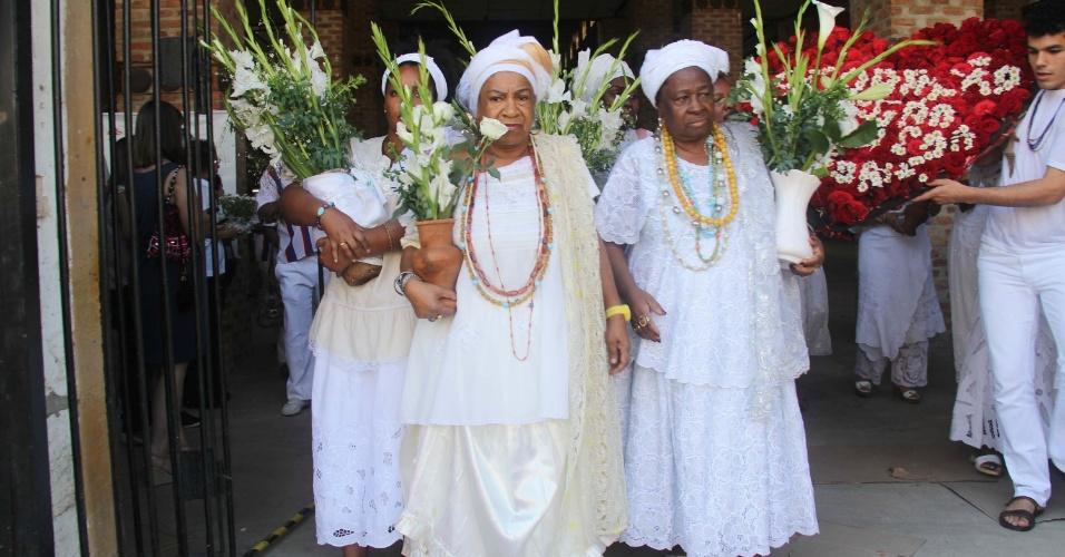 1.jul.2012 - Mães de santo se preparam para a lavagem do Cais do Valongo, na zona portuária do Rio de Janeiro (RJ), na manhã do domingo (01)