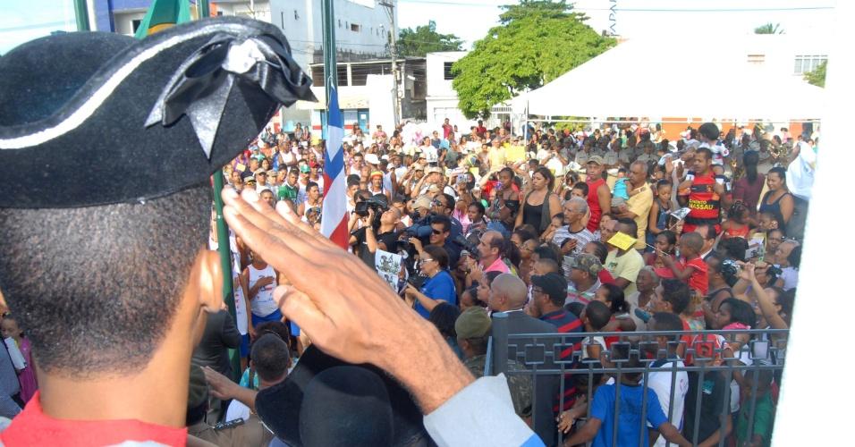 1.jul.2012 - Militar bate continência na passagem do povo durante o cortejo que antecipa as comemorações do dia 2 de julho, independência do Brasil em terras baianas, neste domingo (1), em Salvador