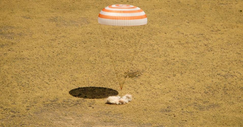 1º.jul.2012 - Nave espacial russa Soyuz TMA-03M, com três tripulantes a bordo, aterrissa com segurança na região de Zhezkazgan, no Cazaquistão