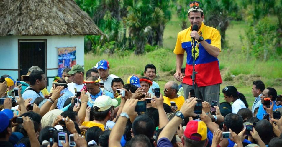 1.jul.2012 - O candidato de oposição ao governo Henrique Capriles discursa para eleitores em Santa Elena de Uairen, povoado da Venezuela, no lançamento de sua campanha para a Presidência