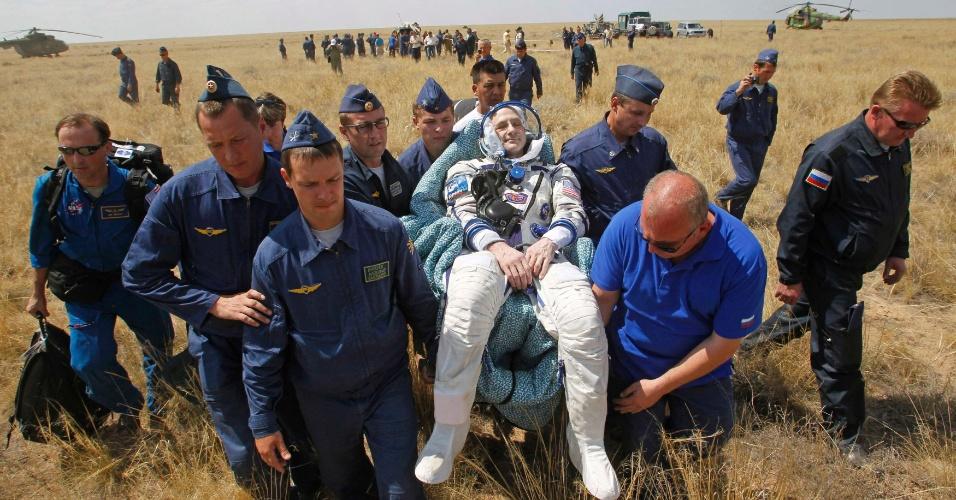 1º.jul.2012 - O engenheiro de voo Don Pettit, que integrou a equipe da nave russa Soyuz TMA-03M, recebe suporte médico após o pouso da cápsula no Cazaquistão