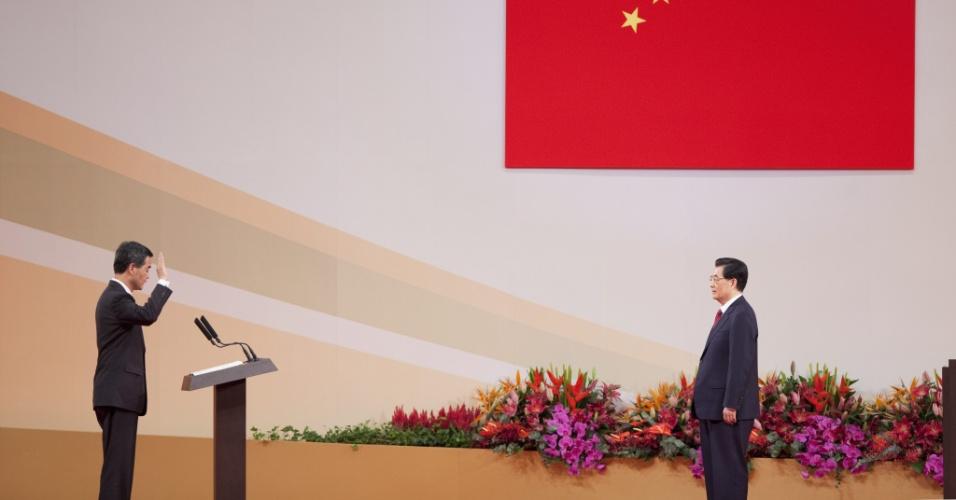 1º.jul.2012 - O presidente da China, Hu Jintao (à direita), toma o juramento do novo Chefe do Executivo de Hong Kong, Leung Chun-Ying, na cidade chinesa