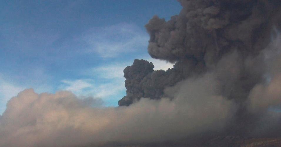 1º.jul.2012 - O vulcão colombiano Nevado del Ruiz, situado em cordilheira na Colômbia, expele cinzas vulcânicas durante erupção