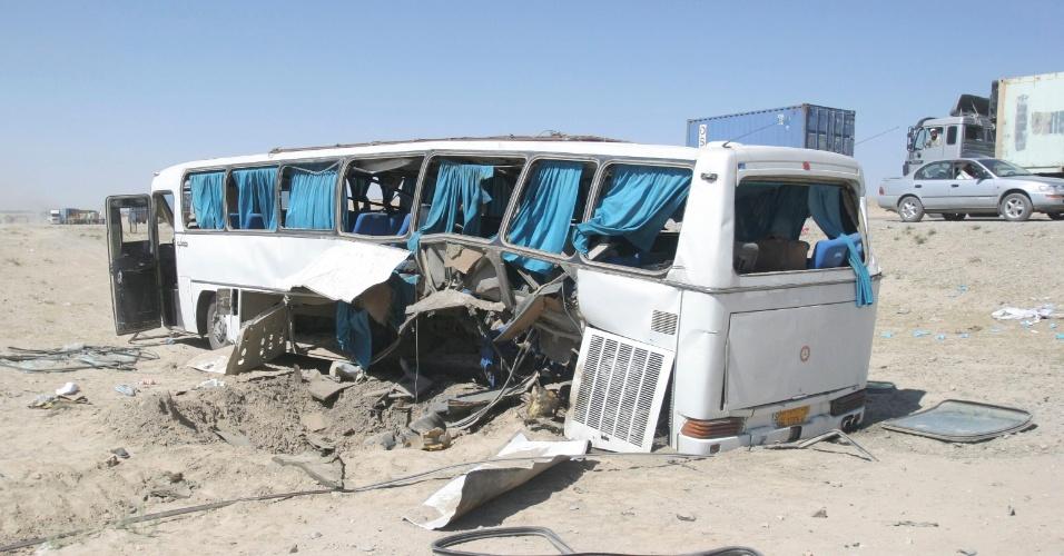 1º.jul.2012 - Ônibus fica destruído após ser atingido por uma bomba neste domingo (1º), em Ghazni, no Afeganistão