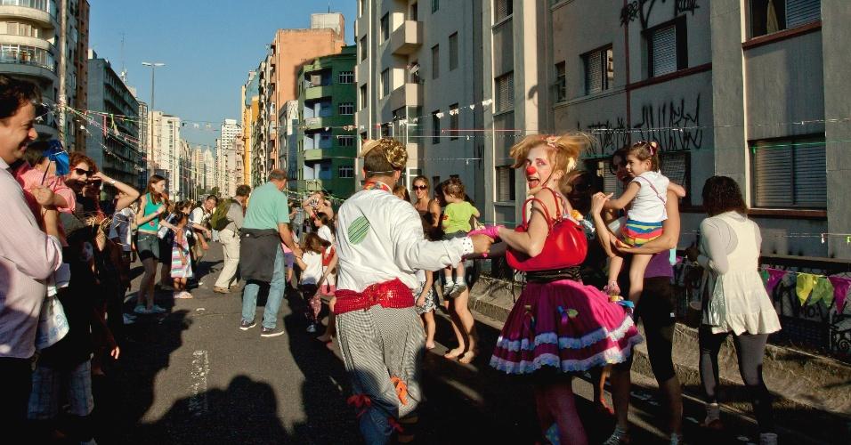 1.jul.2012 - Paulistanos dançam quadrilha na primeira festa junina no Minhocão, elevado na região central de São Paulo, que foi organizada pela internet