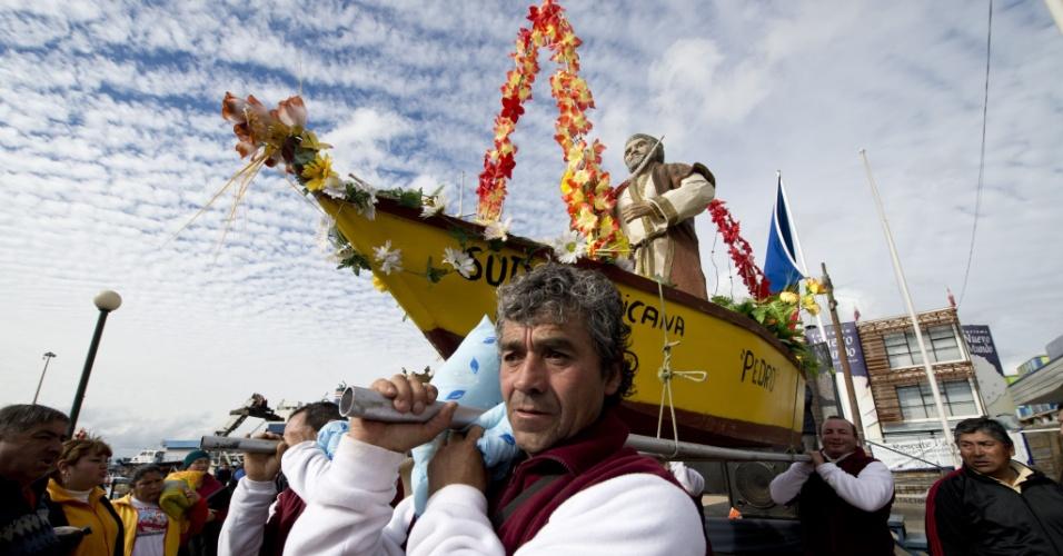 1.jul.2012 - Pescadores carregam imagem do padroeiro São Pedro em festival no porto de Valparaíso, no Chile