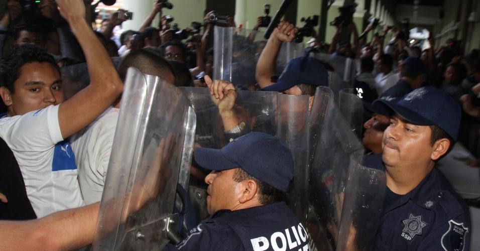 1.jul.2012 - Policiais tentam conter um tumulto na cidade de Xalapa, no México, depois do encerramento da votação para as eleições presidenciais neste domingo (1)