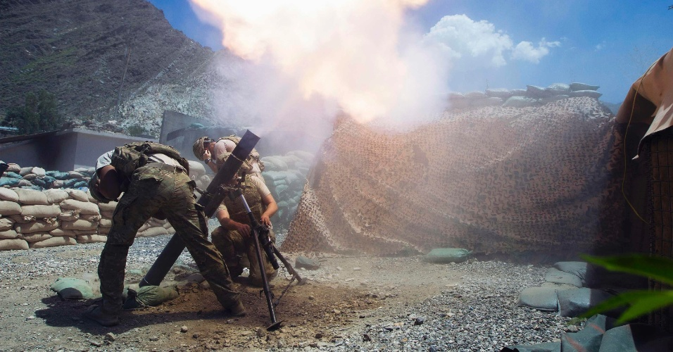 1º.jul.2012 - Soldados posicionam e preparam morteiro para utilização no posto de combate Nangalam, na província afegã de Kunar