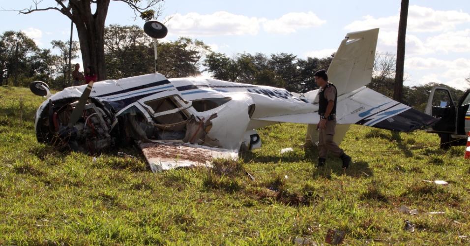 1.jul.2012 - Um avião caiu em uma fazenda no município de Prata, no Triângulo Mineiro, neste domingo. Nele a polícia encontrou 200 quilos de pasta base de cocaína. O piloto morreu na queda