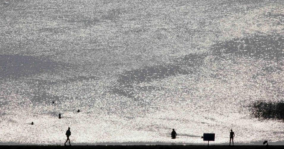 1.jul.2012 -Turistas passeiam perto do lago Kiprino, na região da Cacássia, na Rússia, cerca de 300 quilômetros ao sul da Sibéria