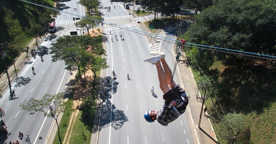 1.jun.2012 - Homem desce em tirolesa instalada na Avenida Sumaré, na zona oeste de São Paulo, que foi interdidata para os participantes da 6ª Virada Esportiva na cidade. O evento, que tem 300 pontos de atividades espalhados pela capital, acontece neste domingo (1º)