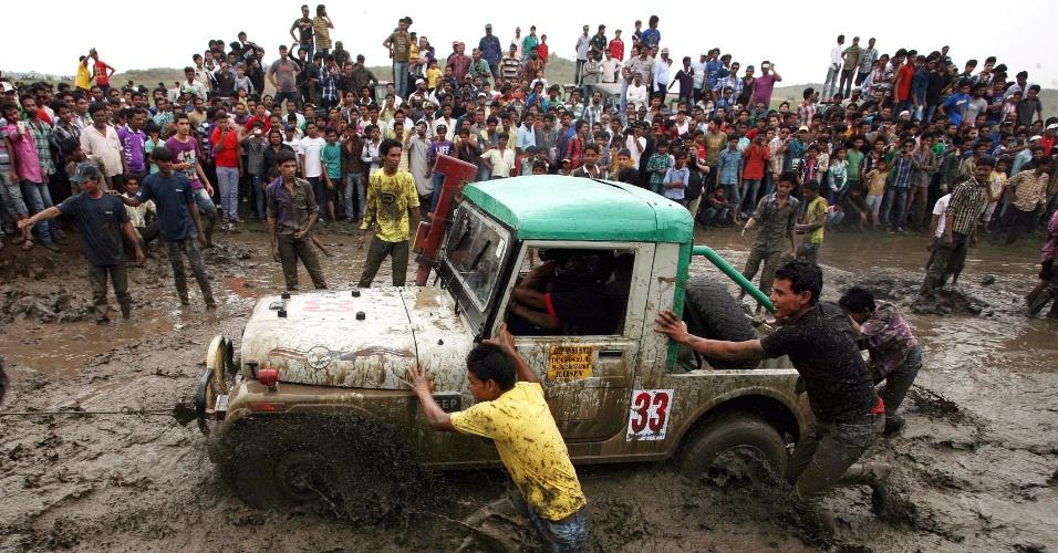 """1º.jun.2012 - Indianos participam do rally """"Desafio da Lama"""" neste domingo (1º), que reúne mais de 150 carros perto de Bhopal (Índia)"""