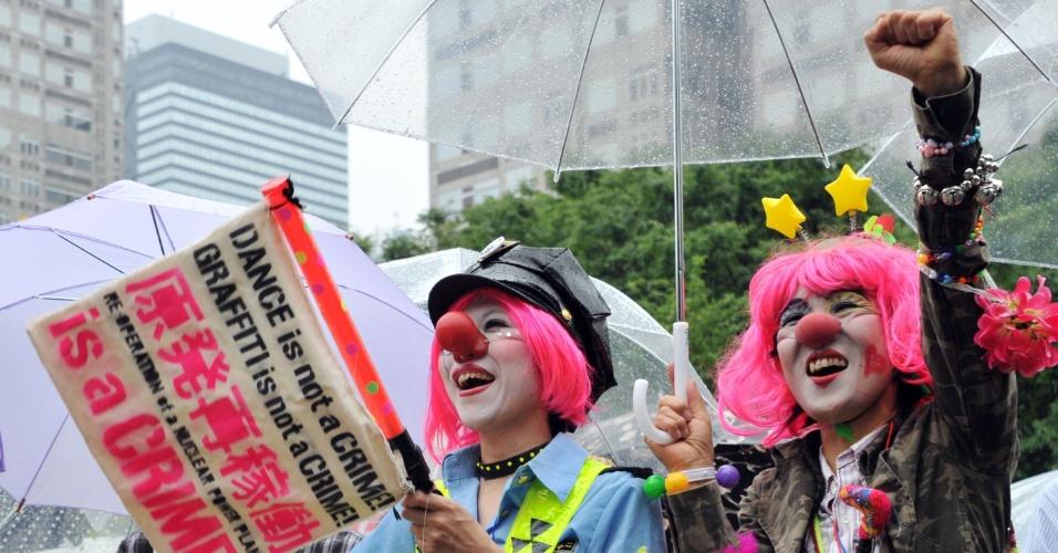 1º.jun.2012 - Japoneses seguram cartazes contra a energia nuclear em protesto pelas ruas de Tóquio (Japão) neste domingo (1º); O país aprovou a retomada das operações com energia nuclear em um de seu reatores, apesar de grande oposição da população
