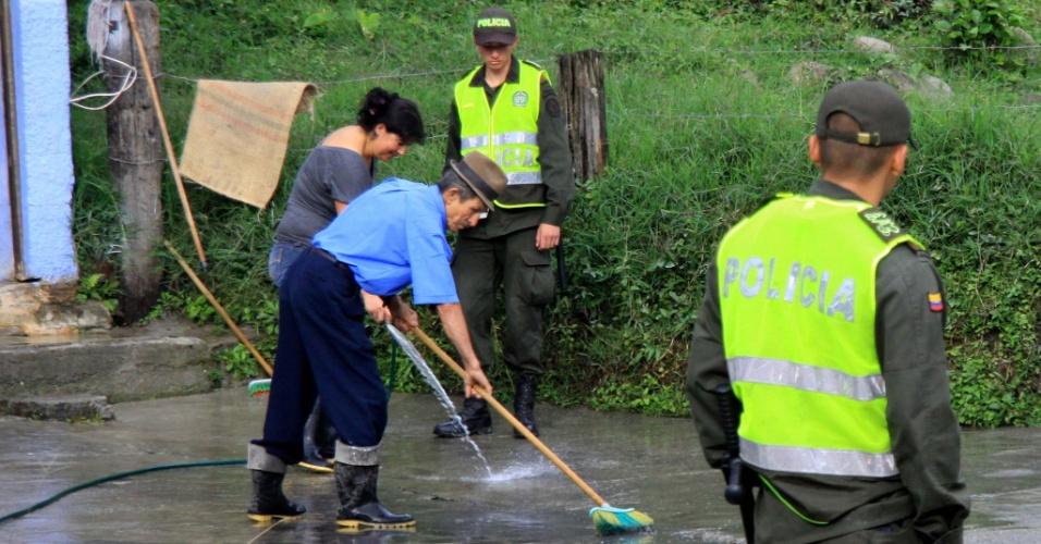 1.jun.2012 - Moradores limpam cinzas nas ruas de Villamaria, na Colômbia, expelidas pelo vulcão Nevado del Rui. Autoridades ordenaram a evacuação preventiva de moradores perto do vulcão, que entrou em erupção no sábado