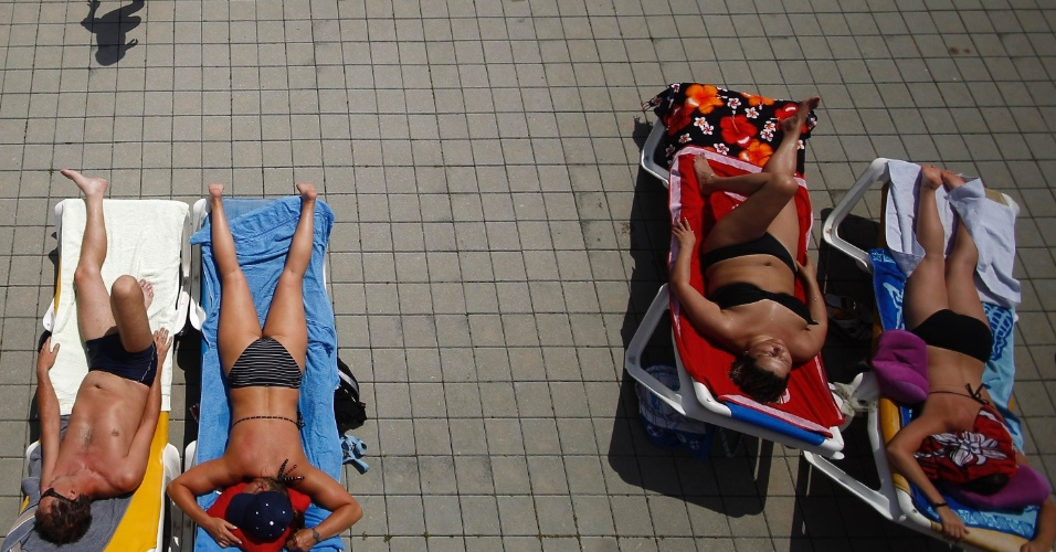 30.jun.2012 - Pessoas tomam sol em uma piscina pública em Viena, na Áustria, sob temperatura de cerca de 37ºC