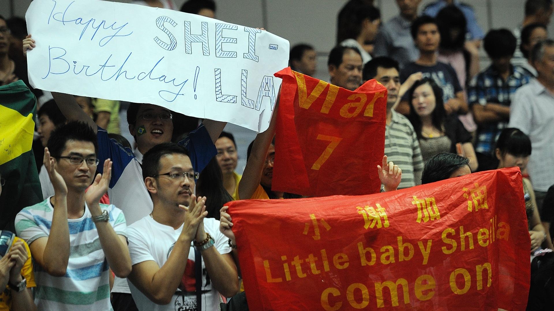A torcida chinesa também lembrou do aniversário de Sheilla