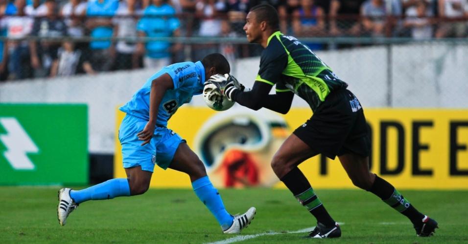 Dida fica com a bola após tentativa de cabeceio do atacante Borges, no jogo Portuguesa x Santos