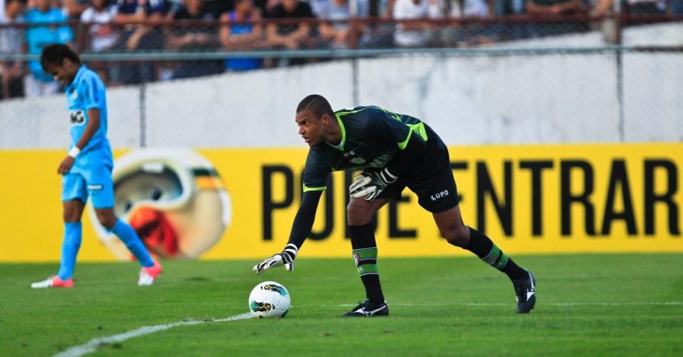 Dida, goleiro da Portuguesa, se prepara para colocar a bola em jogo na partida contra o Santos