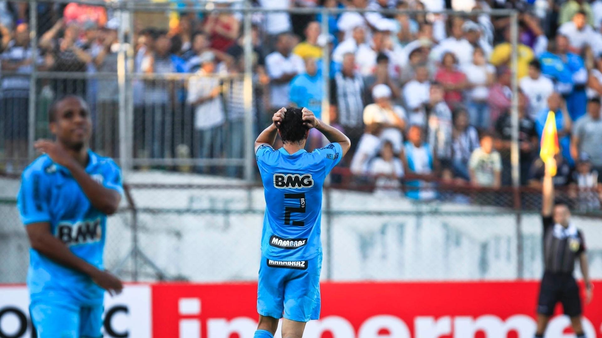 Edu Dracena lamenta após desperdiçar chance de fazer gol de cabeça no duelo contra a Portuguesa