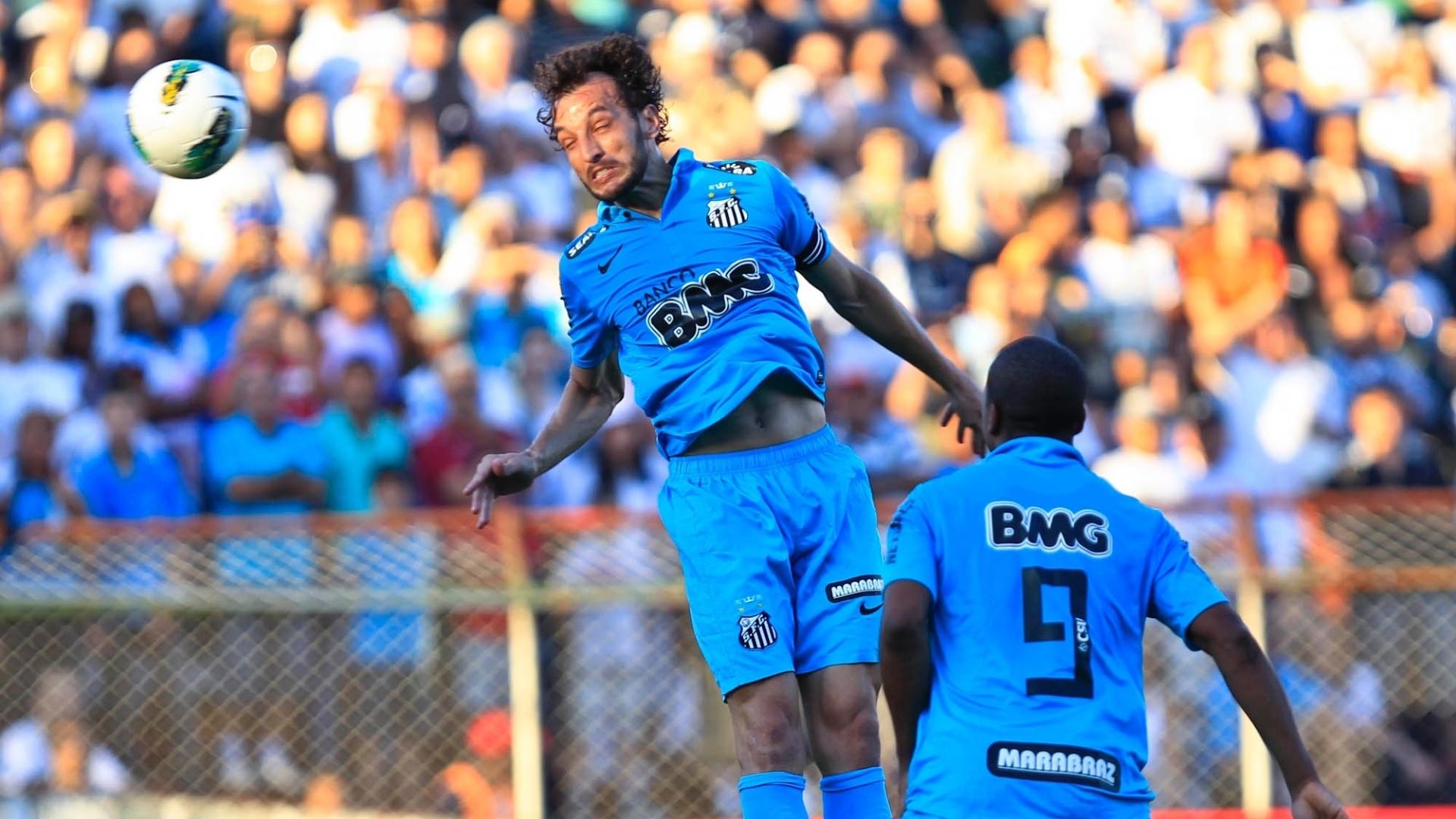 Edu Dracena, zagueiro do Santos, tenta fazer gol de cabeça no jogo contra a Portuguesa