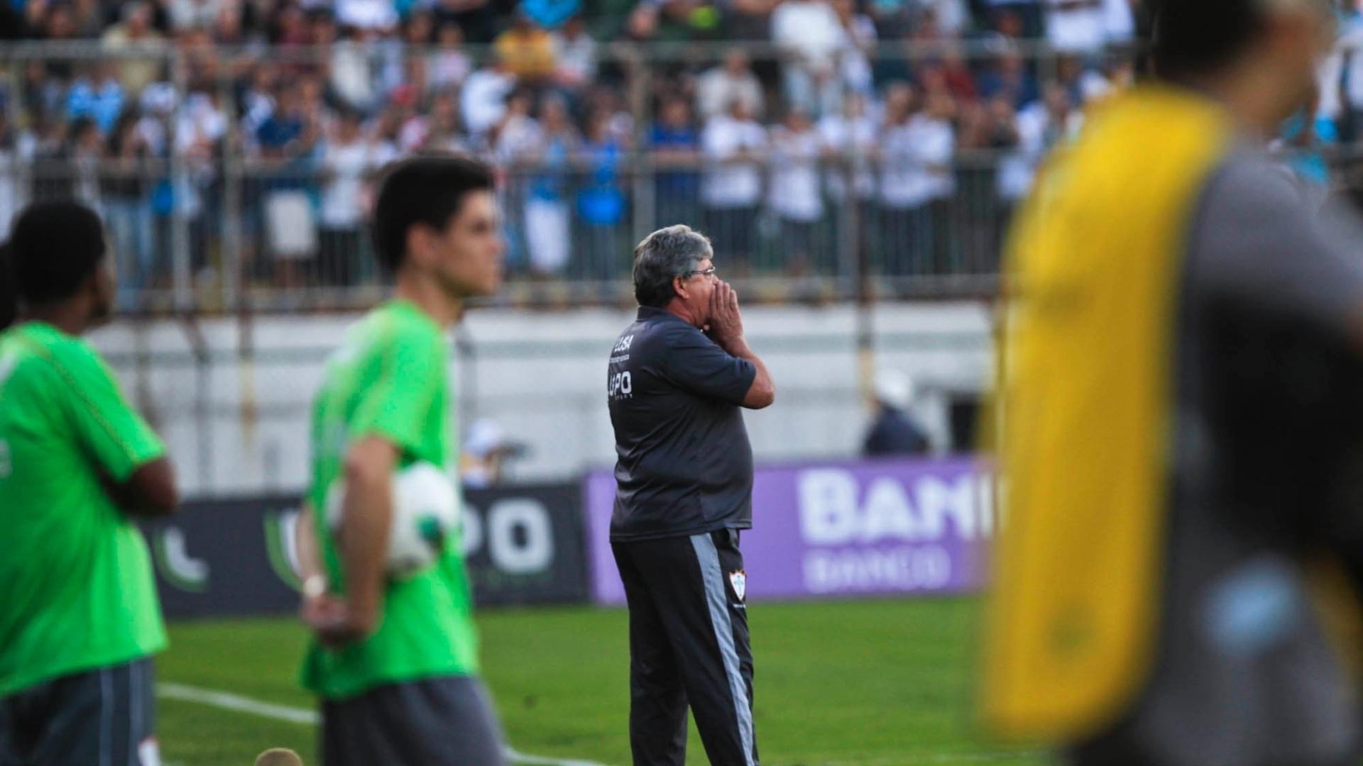 Geninho orienta a equipe da Portuguesa durante o confronto contra o Santos