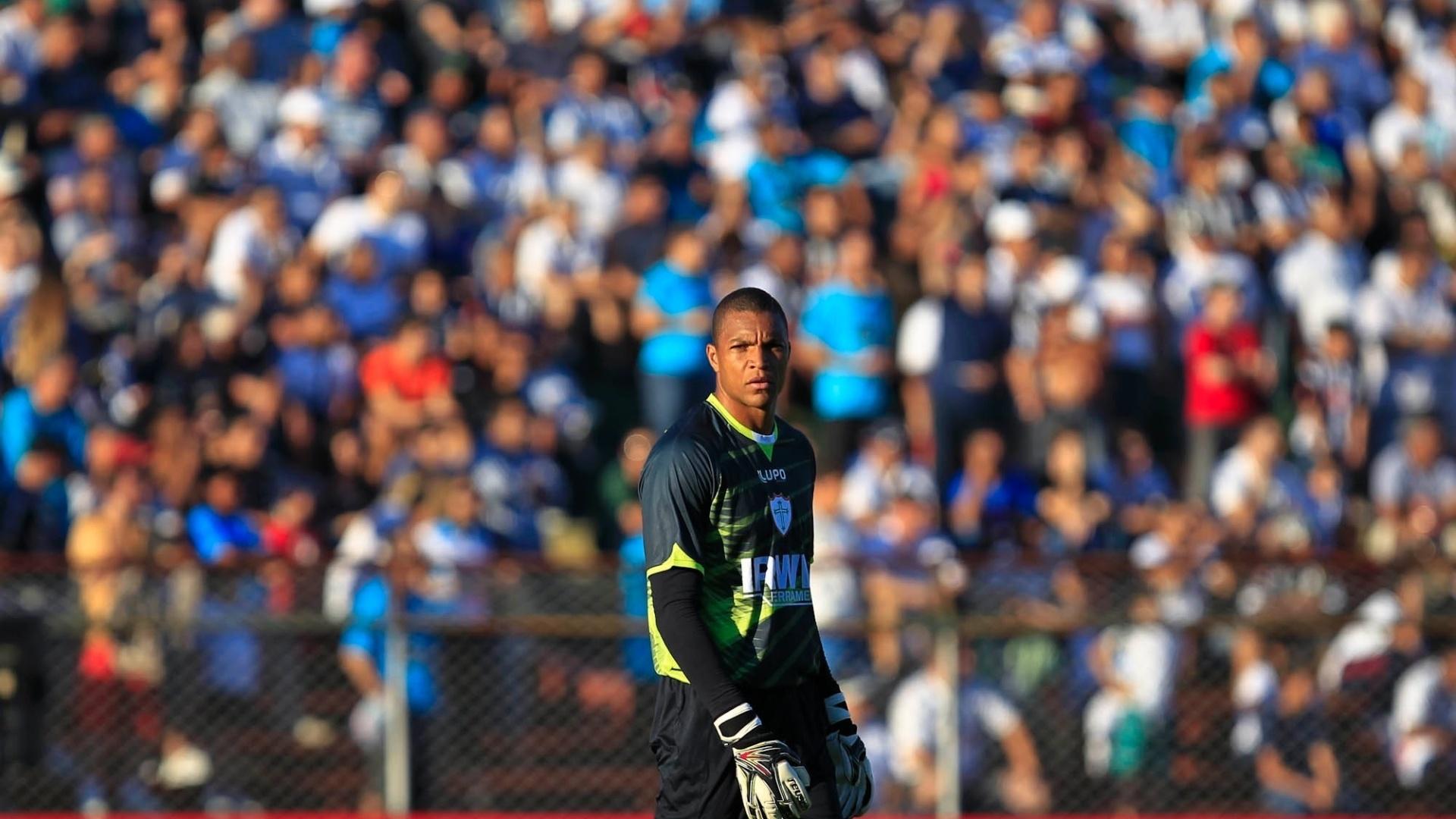 Goleiro Dida, da Portuguesa, participa do jogo contra o Santos, no Canindé