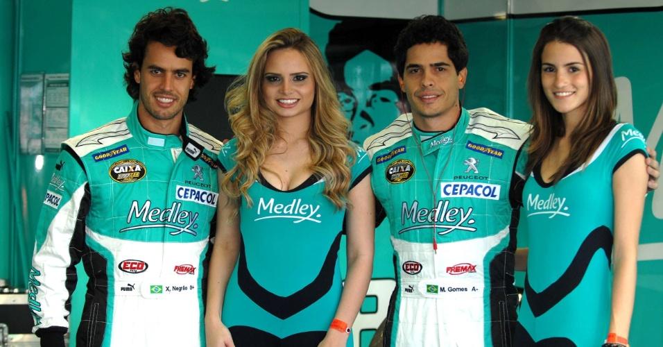Grid Girls posam ao lado dos pilotos da Stock Car Xandinho Negrão (esq) e Marcos Gomes, antes da etapa de Londrina da categoria (01/07/2012)