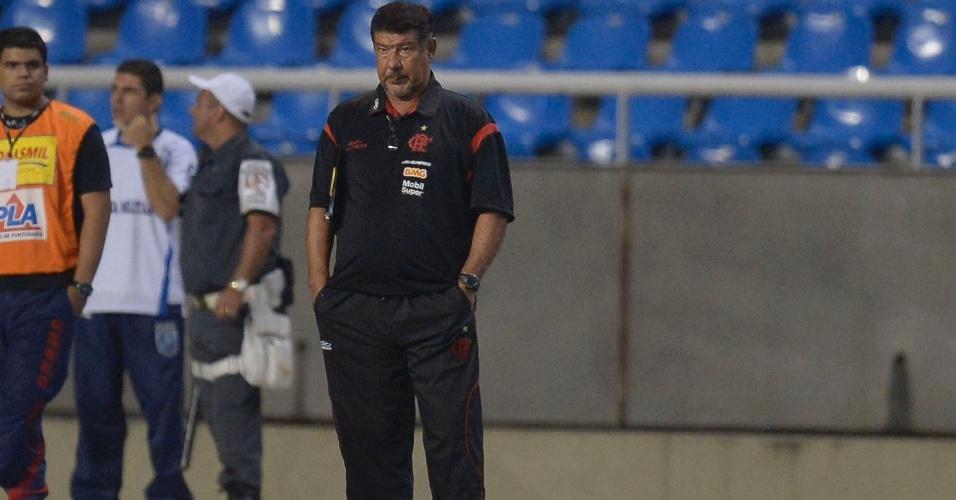 Joel Santana, técnico do Flamengo, observa a partida de sua equipe contra o Atlético-GO