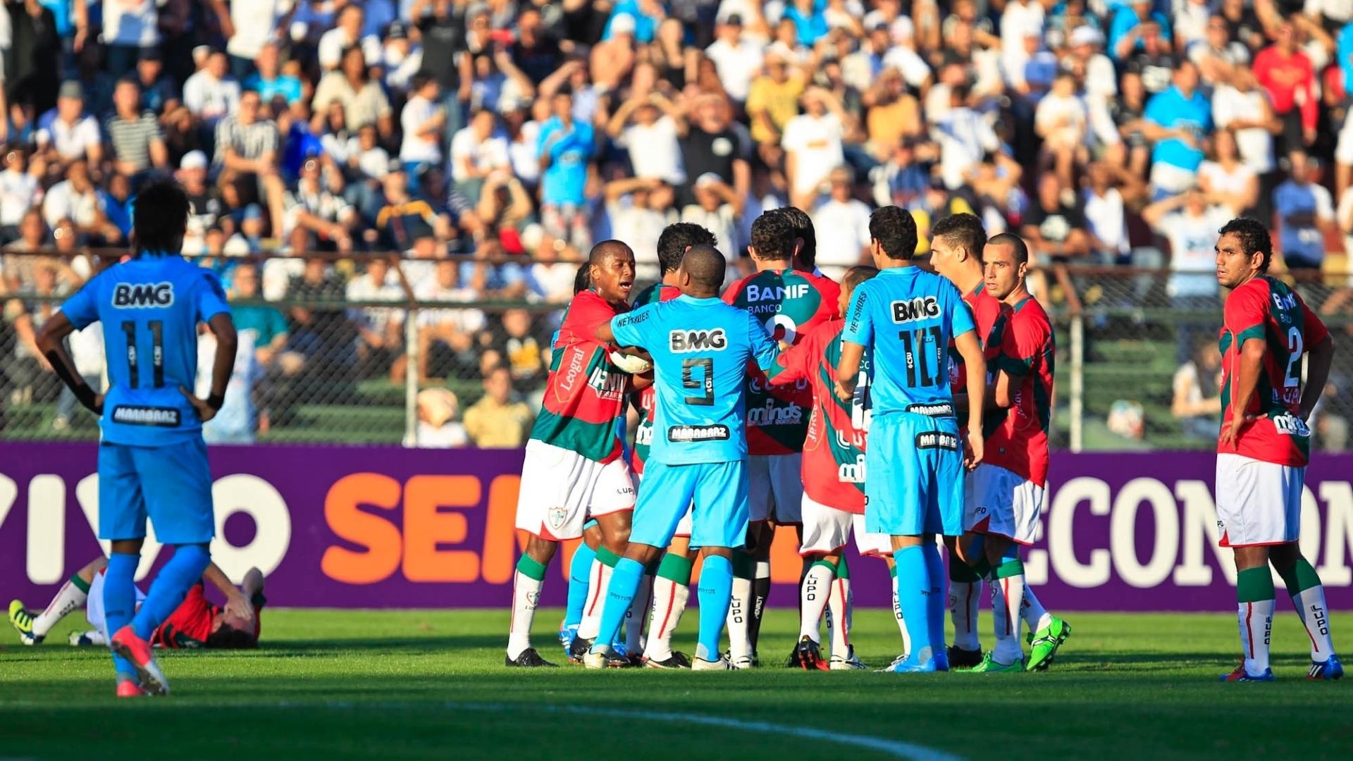 Jogadores de Santos e Portuguesa se desentendem durante partida no Canindé