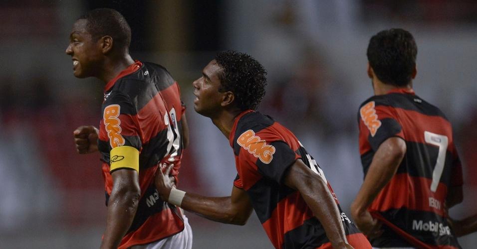 Jogadores do Flamengo comemoram com Renato Abreu o gol marcado pelo meia no jogo contra o Atlético-GO