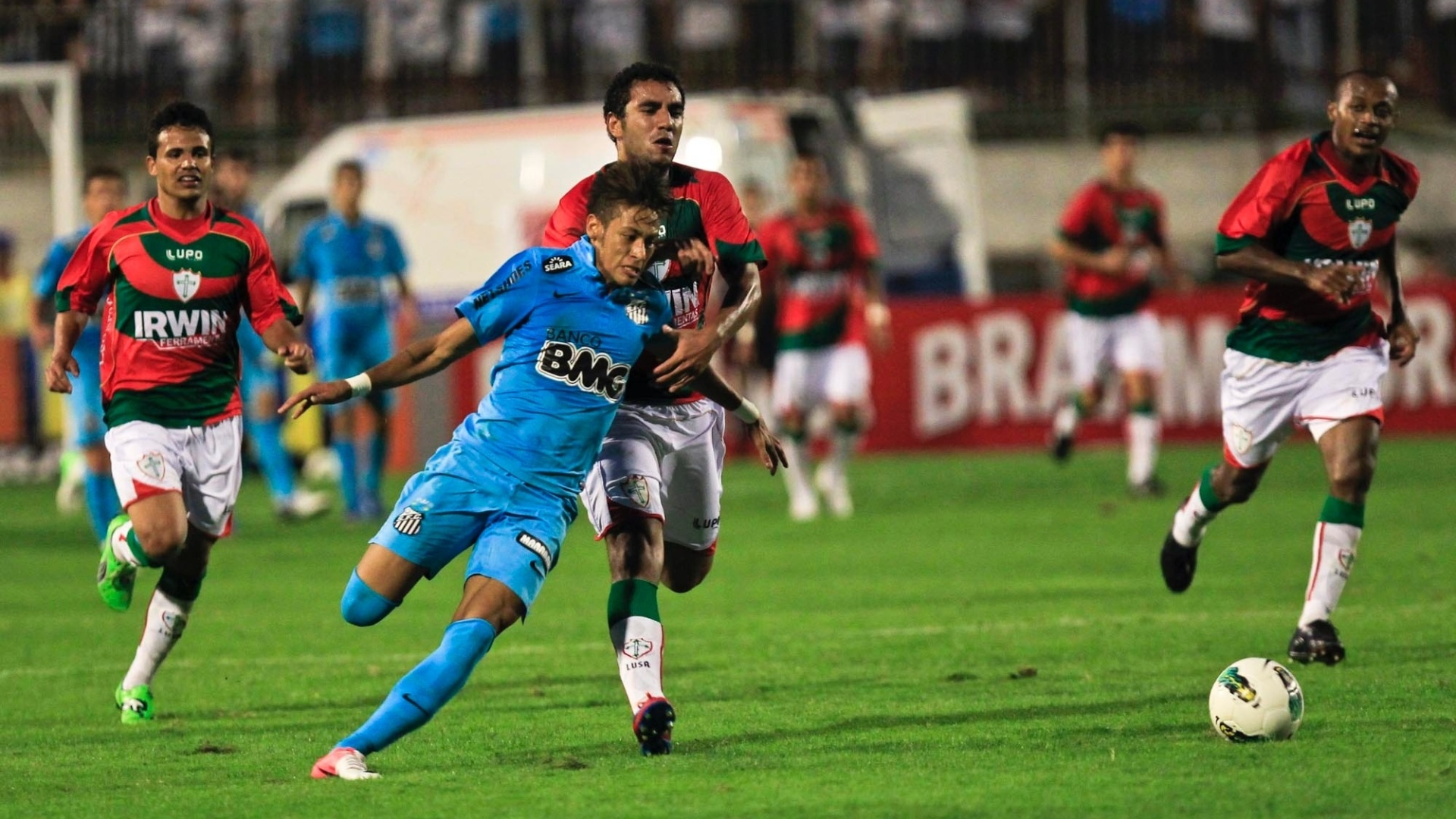 Neymar arranca e é puxado por jogador da Portuguesa, no fim da partida realizada no Canindé