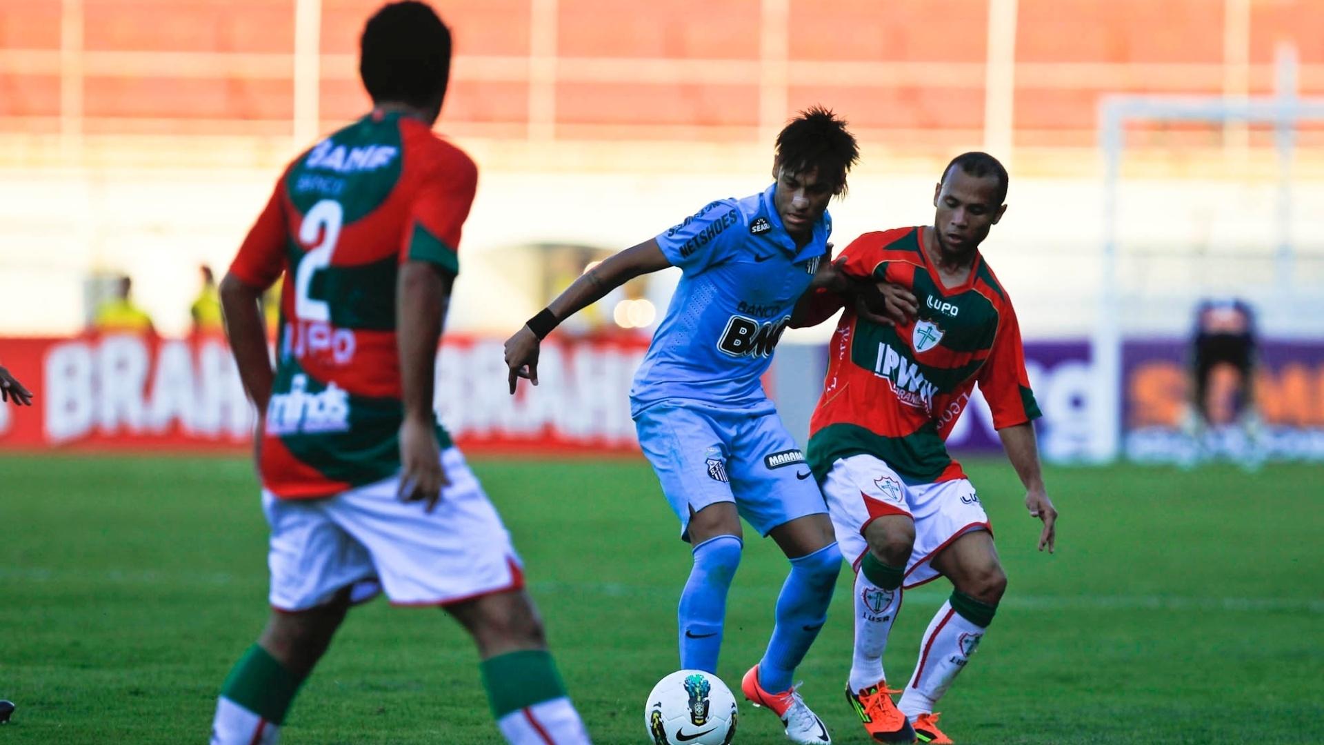 Neymar é cercado por dois marcadores da Portuguesa durante o jogo realizado no Canindé