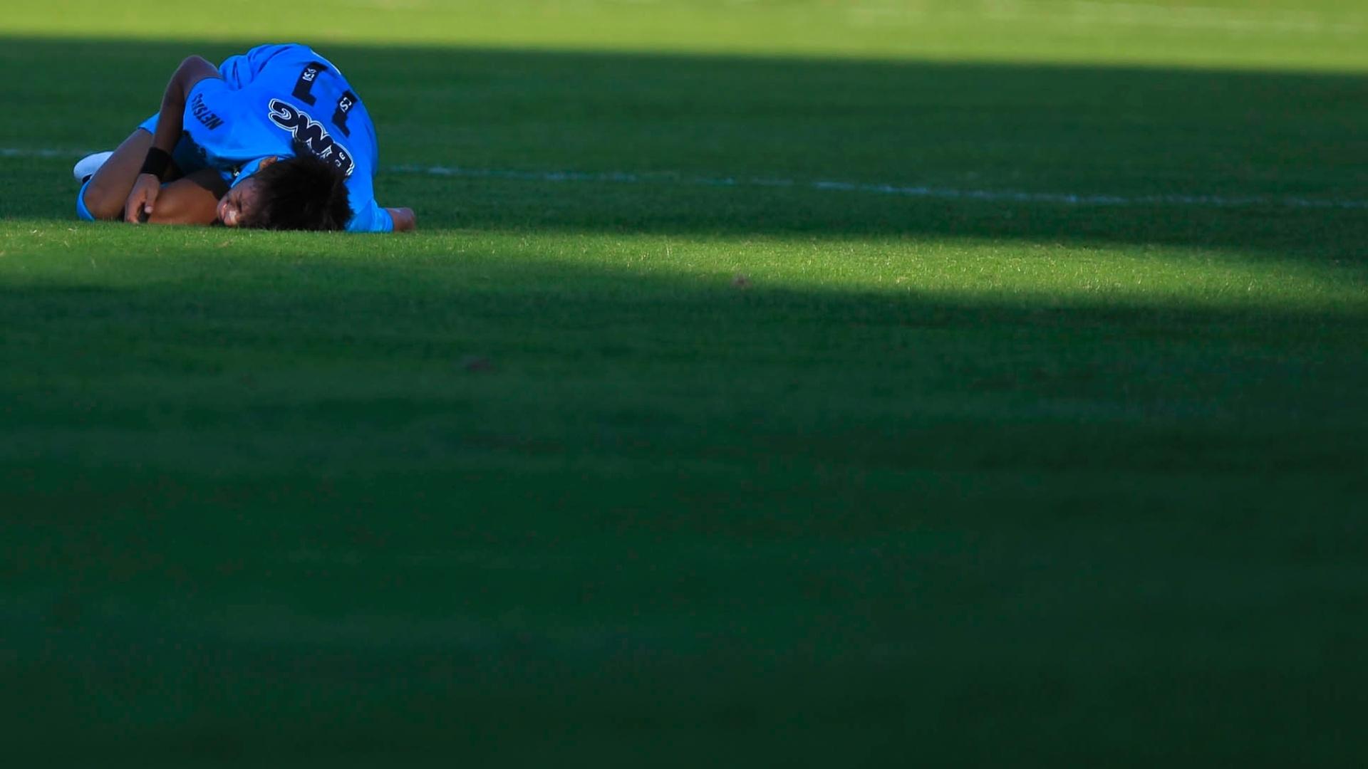 Neymar fica caído no gramado após sofrer falta dura de jogador da Portuguesa, no Canindé