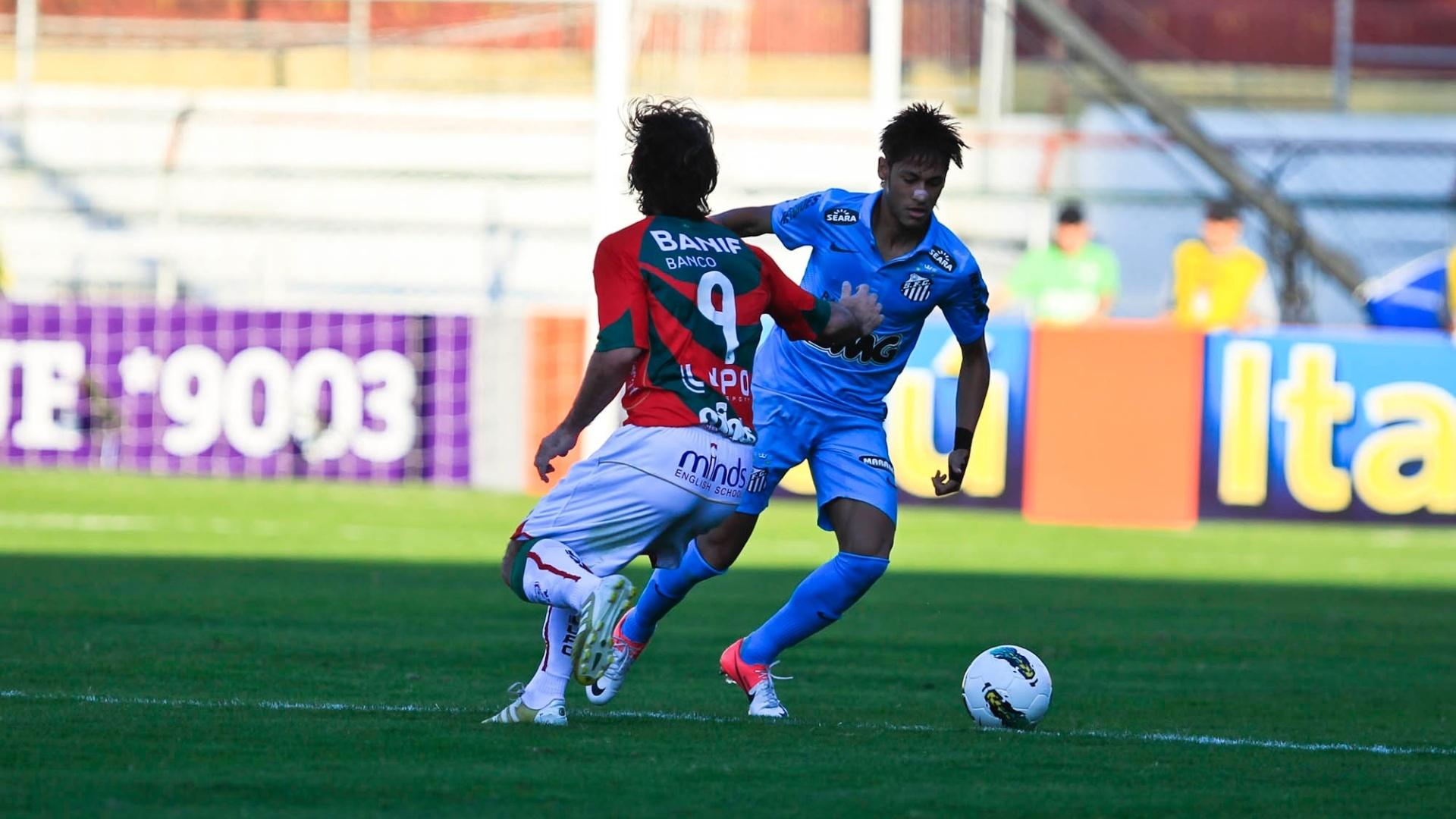 Neymar parte para cima da marcação de Diego Viana, atacante da Portuguesa, durante duelo no Canindé
