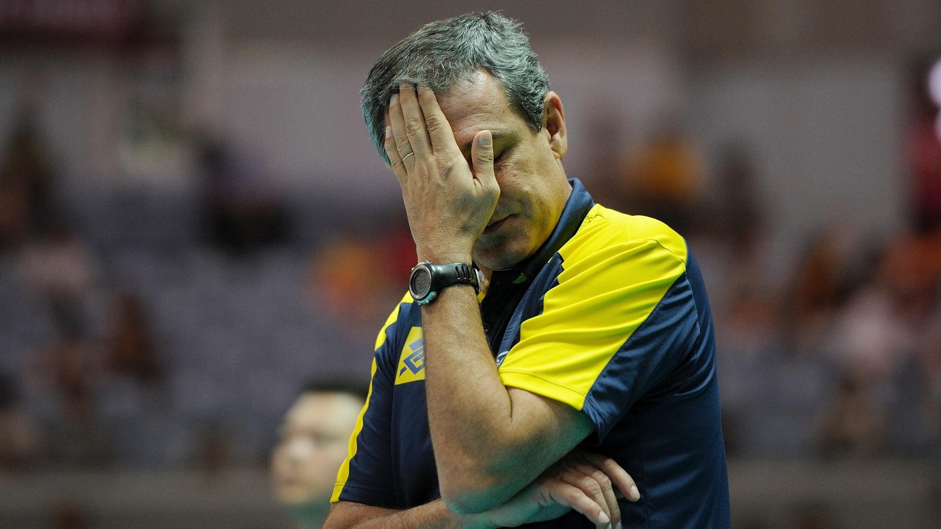 O técnico Zé Roberto Guimarães reage durante o confronto entre Brasil e Turquia