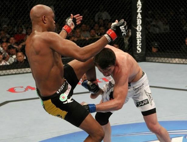 Sonnen tenta o 'knockdown' em Anderson Silva para matê-lo no chão e conquistar mais pontos