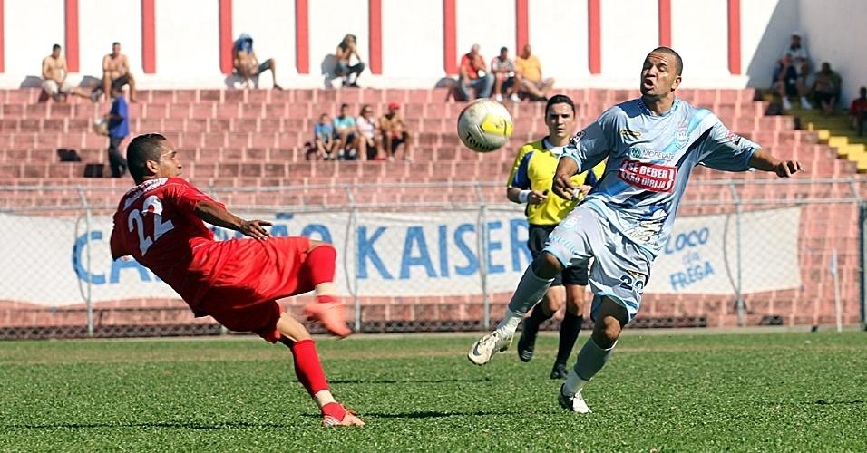 Unidos de Jd Brasília (vermelho) e Danúbio (cinza) ficaram no empate sem gols