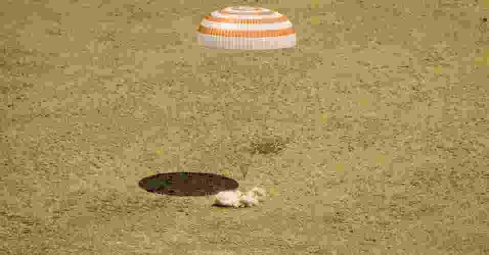 02.jul.2012 - O módulo de descida da nave russa Soyuz TMA-03M, com três tripulantes a bordo, aterrissou  com sucesso nas estepes do Cazaquistão, informou o Centro do Controle de Voos (CCVE) da Rússia - Nasa/Bill Ingalls/EFE