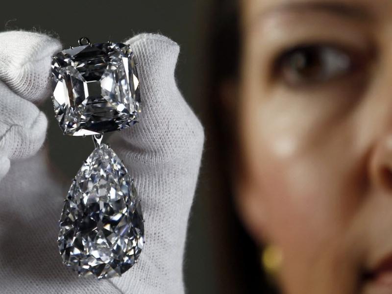 2.jul.2012 - Broche de diamantes, uma das joias cravejadas expostas no Palácio de Buckingham, no Reino Unido