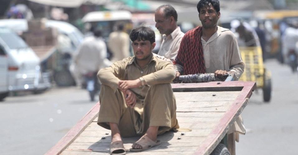 2.jul.2012 - Feirante empurra carrinho em mercado de Rawalpindi, no Paquistão. O ministro das Finanças do país, Abdul Hafeez Shaikh, disse nesta segunda-feira (2) que o balanço fiscal do ano passado mostra que, em 2011, o país cresceu 3,7%