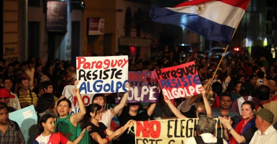2.jul.2012 - Manifestantes vão às ruas de Assunção em apoio ao presidete deposto Fernando Lugo