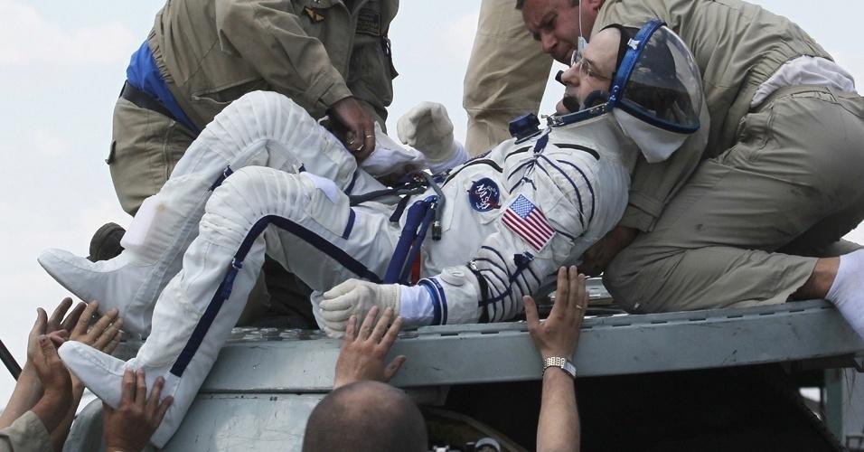 2.jul.2012 - O astronauta americano Donald Pettit recebe atendimento médico após ser retirado da nave russa Soyuz TMA-03M. Ele e mais dois astronautas ficaram pouco mais de seis meses a bordo da Estação Espacial Internacional