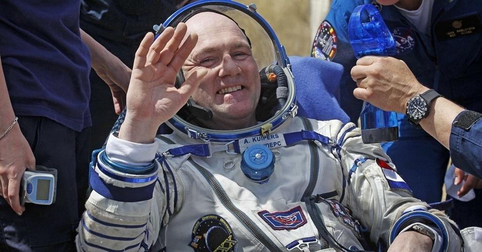 2.jul.2012 - O astronauta Andre Kuipers acena depois de pousar na Terra. A cápsula que o trouxe de volta da Estação Espacial Internacional aterrissou no Cazaquistão com sucesso