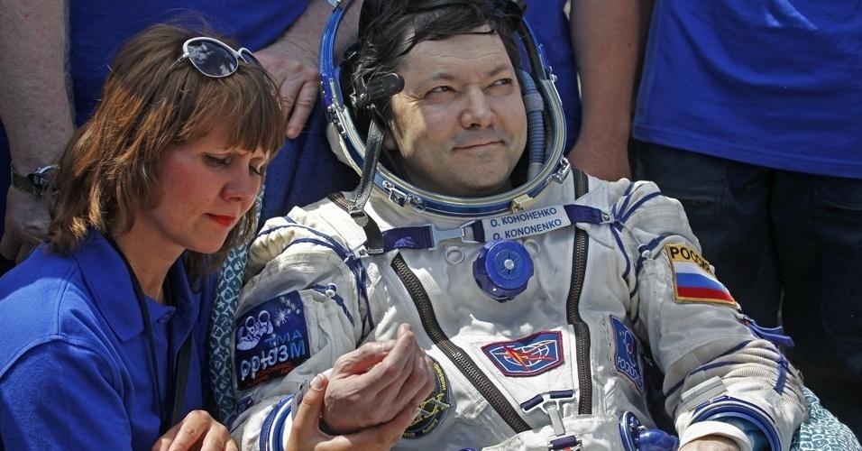 2.jul.2012 - Oleg Kononenko recebe atendimento médico após ser retirado da nave russa Soyuz TMA-03M. Ele e mais dois astronautas ficaram pouco mais de seis meses a bordo da Estação Espacial Internacional