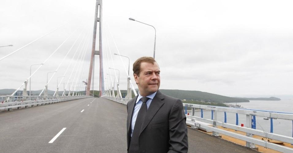2.jul.2012 - Premiê russo, Dmitri Medvedev, participa de cerimônia de inauguração da recém-construída ponte estaiada sobre o rio Chifre Dourado, em Vladivostok (Rússia)