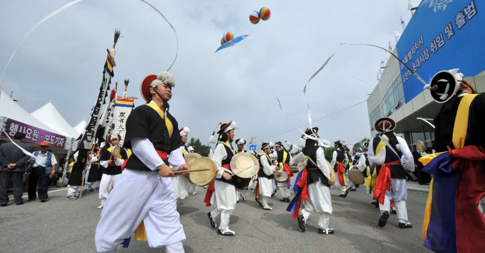 2.jun.2012 - Banda sul-coreana se apresenta durante cerimônia de inauguração da residência que abrigará autoridades do governo em Seul, na Coreia do Sul
