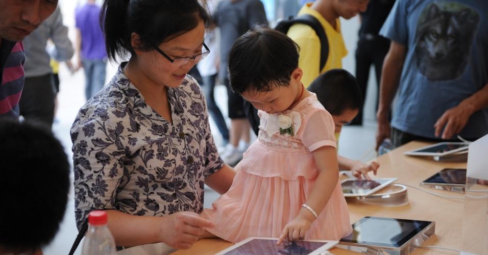 2.jun.2012 - Mãe e filha brincam com iPad em loja da Apple em Xangai, na China