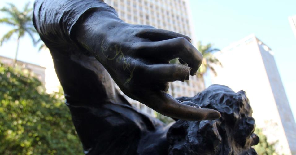 A estátua de Condor (ou Odalea, ópera de 1891), que faz parte do monumento em homenagem ao compositor e maestro Antônio Carlos Gomes e fica na esplanada do Theatro Municipal, no Anhangabaú, no centro de São Paulo, sofreu um ato de vandalismo.
